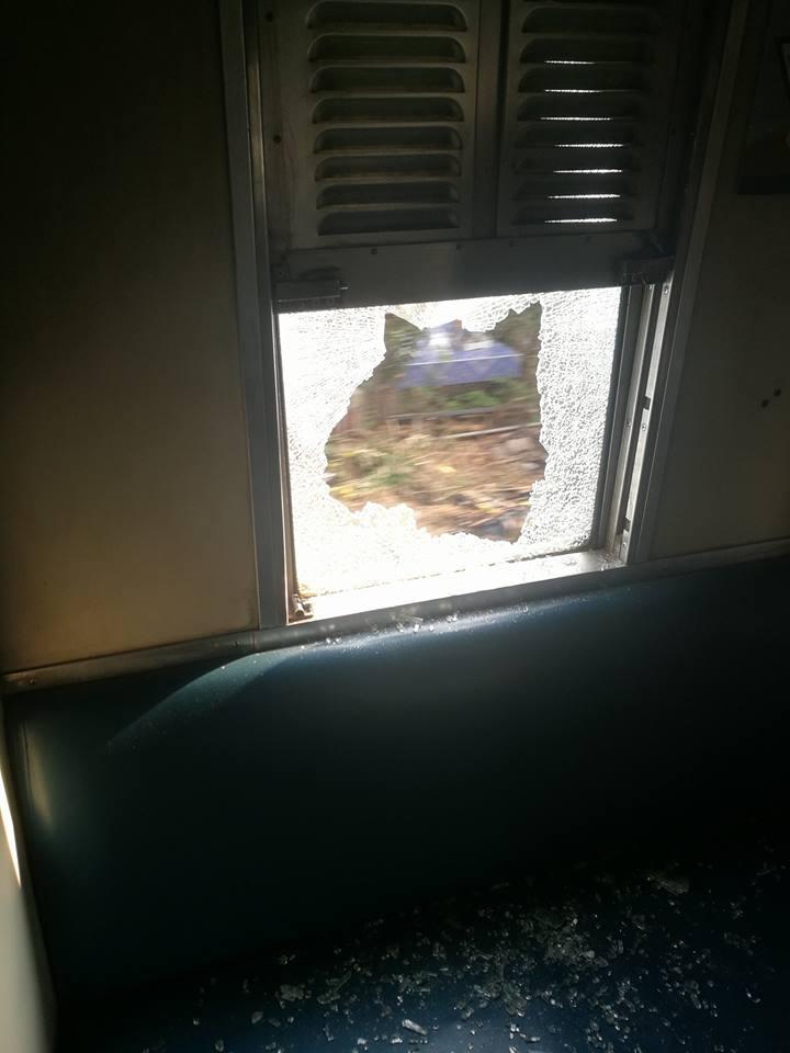 """ระทึก! วัยรุ่นตีกันปาขวดใส่รถไฟ """"หัวตะเข้ - ลาดกระบัง"""" ชาวเน็ตถามความปลอดภัยอยู่ที่ไหน"""