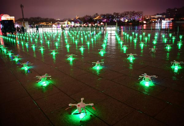 ฝูงโดรนส่องแสงสีเขียวเตรียมทะยานสู่ฟากฟ้า (ภาพซินหวา สื่อทางการจีน)
