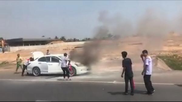 ภาพเหตุการณ์ ขณะเพลิงกำลังลุกไหม้เก๋งติดแก๊สแอลพีจี จากห้องเครื่องยนต์