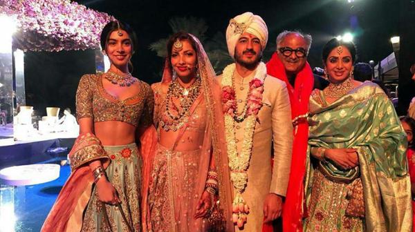 นักแสดงวัย 54 ถ่ายภาพร่วมกับครอบครัวในงานแต่งหลานชาย