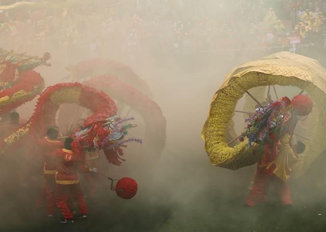 ชมภาพลีลาเต้นเชิดมังกรอลังวังปังของชนชาติเกอเหล่า