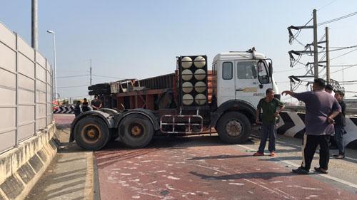รถเทรลเลอร์ติด NGV พลิกคว่ำกลางถนนนครปฐม เร่งปิดจราจรหวั่นระเบิด