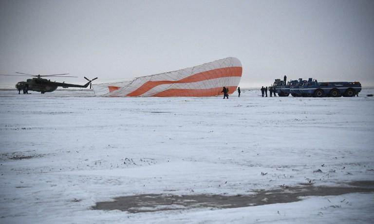 ทีมช่วยเหลือและค้นหาปฏิบัติหน้าที่บริเวณที่แคปซูลลงสู่พื้นโลก (Alexander NEMENOV / POOL / AFP)