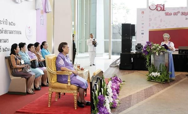 """สมเด็จพระเทพรัตนราชสุดาฯ สยามบรมราชกุมารี เสด็จพระราชดำเนินทรงเปิด """"งานออกร้านคณะภริยาทูต"""""""