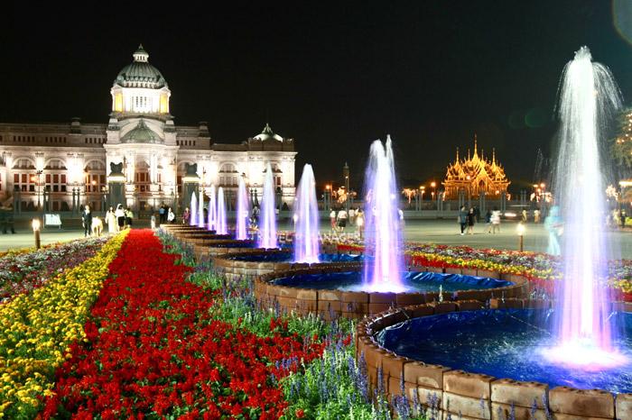 สวนสวยหน้าพระที่นั่งอนันตสมาคม เป็นหนึ่งในจุดถ่ายรูปยอดนิยมของนักท่องเที่ยว