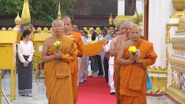 พุทธศาสนิกชนไทย-ลาว ร่วมประกอบพิธีเจริญพระพุทธมนต์ เวียนเทียน ห่มผ้าพระธาตุพนมเนื่องในสัปดาห์มาฆบูชา
