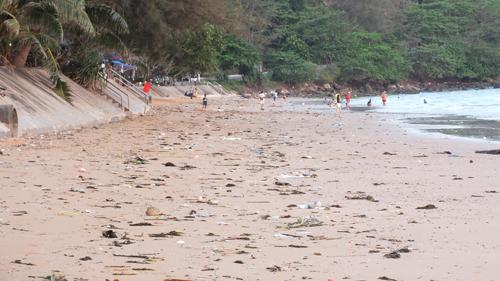 เจออีก..  ขยะถูกคลื่นซัดจากทะเลเกลื่อนหาดคุ้งวิมาน  จ.จันทบุรี