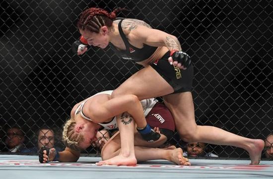 """""""ไซบอร์ก"""" โคตรเหนือถลุงคู่แข่งยกเดียวป้องเข็มขัด UFC"""