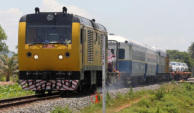 <br><FONT color=#00003>เดือนหน้าจะได้เห็นหัวเหลืองๆนี้ ที่สถานีปอยเปต จ.บ้านใต้มีชัย (บันเตียเมียนเจย) ใกล้ชายแดนไทย -- ต้องไม่ลืมว่า รถไฟกัมพูชาเพิ่งจะเปิดใช้อย่างเป็นทางการ ได้เป็นครั้งแรกเมื่อสองปีที่แล้ว ซึ่งตามแผนการนั้น สายตะวันตกจากเมืองหลวงถึงชายแดนไทย จะเปิดตลอดเส้นทางได้ในเดือน ก.ค. และ เชื่อมกับสถานีอรัญประเทศในปลายปี -- เตรียมตัวได้เลย สำหรับการนั่งรถไฟไปพนมเปญ.  </a>