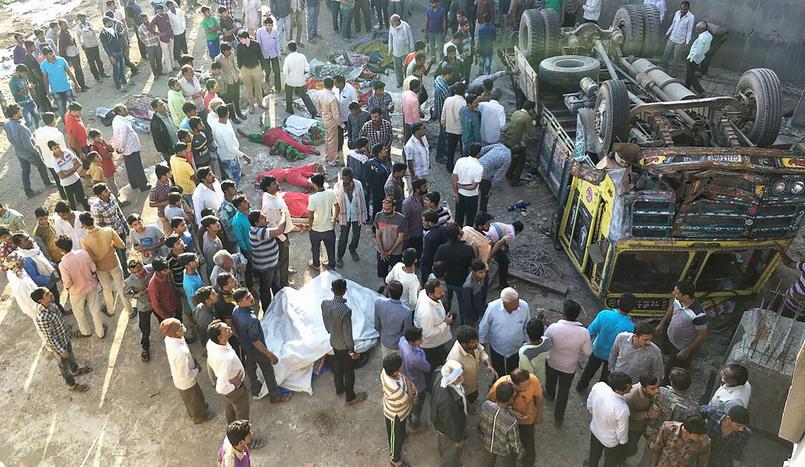 สลด! รถบรรทุกแขกงานแต่งอินเดียดิ่งสะพาน-ตายเกลื่อน 25 ศพ