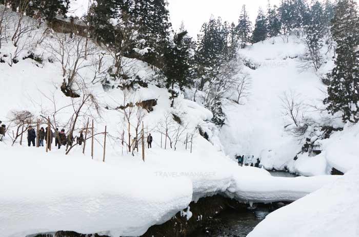 บรรยากาศยามหน้าหนาวที่กินซันออนเซ็นถูกปกคลุมไปด้วยหิมะ
