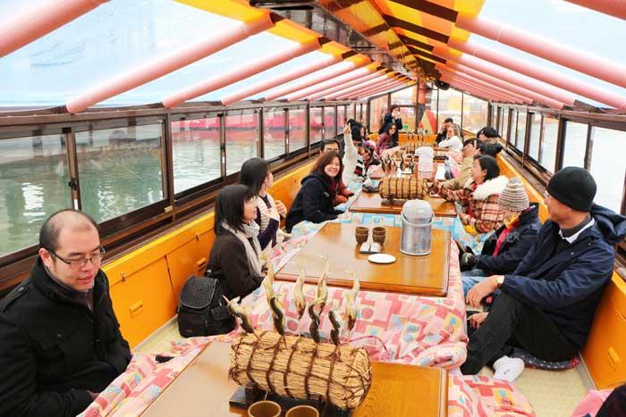 บรรยากาศภายในเรือ มีโต๊ะโคทัตสึให้นั่งอุ่นสบาย