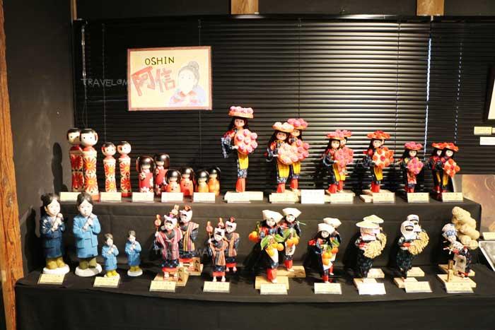 ตุ๊กตาโอชินน่ารักๆ มีให้เลือกซื้อหาที่โกดังซังเคียว