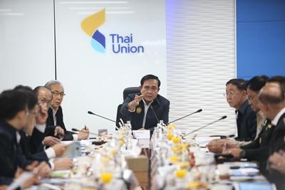 นายกรัฐมนตรี พลเอกประยุทธ์ จันทร์โอชา เป็นประธานการประชุมกับคณะรัฐมนตรีและผู้บริหารไทยยูเนี่ยน เพื่อพูดคุยเกี่ยวกับธุรกิจอาหารทะเลไทย