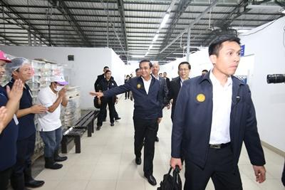 ทักทายพนักงานของไทยยูเนี่ยน ระหว่างเยี่ยมชมกระบวนการผลิต