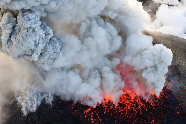 """ภาพน่าสะพรึง! ภูเขาไฟ """"เจมส์บอนด์"""" ในญี่ปุ่นเกิดปะทุรุนแรง เตือนอย่าเข้าใกล้ (ชมคลิป)"""