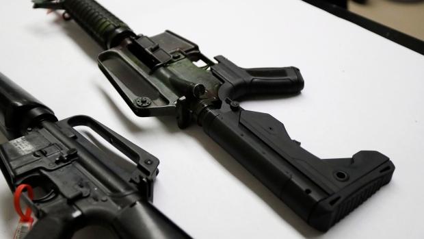 """รัฐสภาฟลอริดาผ่านกฎหมายเพิ่มอายุขั้นต่ำผู้ซื้อปืน-ให้บุคลากรในโรงเรียน """"พกอาวุธ"""""""