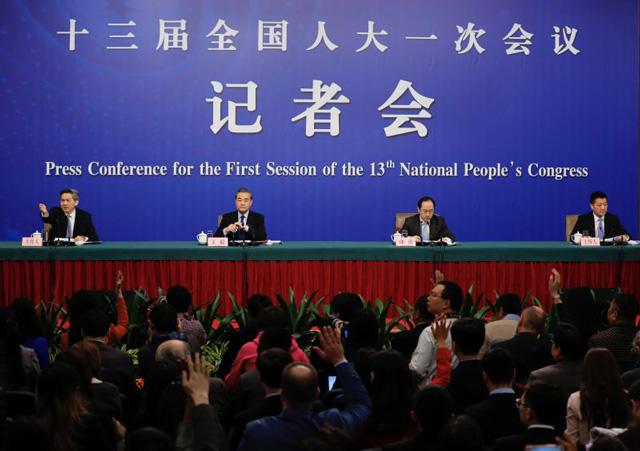 นายหวังอี้ รัฐมนตรีว่าการ กระทรวงต่างประเทศจีน (ที่สอง จากซ้าย) ตอบคำถามเกี่ยวกับนโยบายต่างประเทศและความสัมพันธ์ระหว่างประเทศของจีน ในการแถลงข่าวที่งานประชุมประจำปีของสมัชชาผู้แทนประชาชนจีน (เอ็นพีซี) หรือรัฐสภาจีน กรุงปักกิ่ง เมื่อวันที่ 8 มีนาคม 2561 [ภาพไชน่าเดลี]