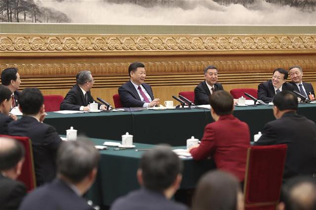 สี จิ้นผิง ประธานาธิบดีจีน และเลขาธิการคณะกรรมการกลางพรรคคอมมิวนิสต์จีน, ประธานคณะกรรมาธิการทหารกลางเข้าร่วมการอภิปรายกับเจ้าหน้าที่จากมณฑลซานตง ในช่วงแรกของการประชุมสภาประชาชนแห่งชาติครั้งที่ 13 ในกรุงปักกิ่ง ของจีนวันที่ 8 มีนาคม 2561 (ภาพซินหวา)