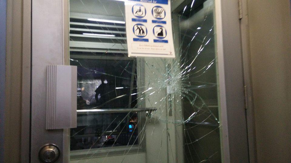 ชายพิการชกกระจกลิฟต์บีทีเอสประท้วง