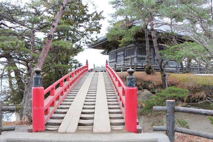 สะพานสีแดงที่สร้างเชื่อมให้เดินไปสู่วัดโกไดโดะ