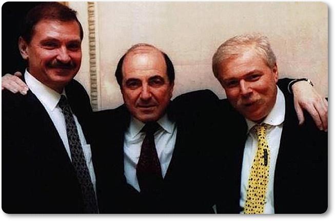 (ซ้าย)นิโคไล กลุชคอฟ (กลาง) บอริส เบเรซอฟสกี และ (ขวา) บาดรี พาตาร์คัตซีชวิลี(Badri Patarkatsishvili) ซึ่งคนทั้งหมดล้วนเสียชีวิตอย่างเป็นปริศนาในอังกฤษ