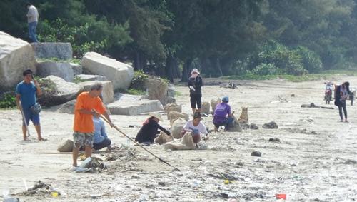 ยังไม่หมด พบขยะจากทะเลถูกซัดเกลื่อนหาดแม่รำพึงเป็นรอบที่ 2 เชื่อพรุ่งนี้มีอีก