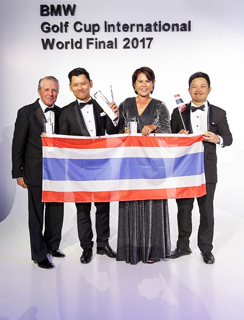แชมป์ทีมไทย คุณประกรานต์ ทรัพย์ผดุงชนม์ (ที่สองจากซ้าย) คุณฐานิต เอี่ยมอาษา (ที่สามจากซ้าย)                                      และคุณสมปอง กันทา (ที่สี่จากซ้าย) ที่สามารถคว้าชัยชนะให้แก่ประเทศไทยเป็นปีที่สองติดต่อกัน  จาก 37 ประเทศในการแข่งขัน BMW Golf Cup International World Final 2017  การแข่งขันกอล์ฟมือสมัครเล่นระดับเวิลด์คลาสที่ใหญ่ที่สุดในโลก โดยมีตำนานโปรกอล์ฟ แกรี่ เพลเยอร์  (ซ้ายสุด) มอบถ้วยรางวัลให้กับทีมไทย