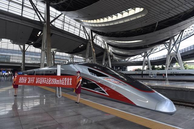 """พัฒนาไม่หยุด! จีนพัฒนารถไฟ """"ฟู่ซิง"""" รุ่นใหม่ ยาวกว่าเดิมสองเท่า ขนคนได้นับพัน"""