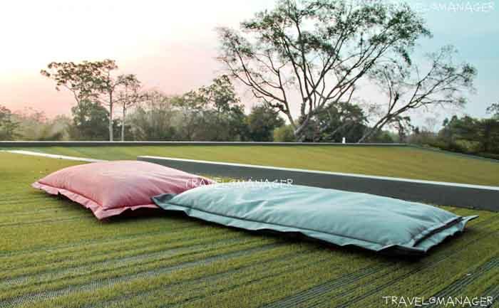 Roof top สนามหญ้าเทียมที่สามารถขึ้นมานั่งพักผ่อนได้