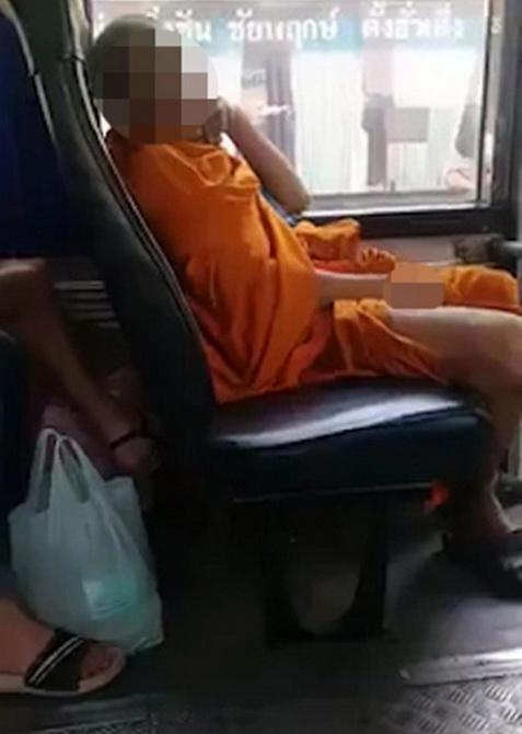 """เหม็นโฉ่ไปทั่วโลก! สื่อนอกตีข่าวครึกโครม พระไทยถลกจีวร """"สไลด์หนอน"""" บนรถเมล์"""