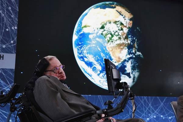 สตีเฟน ฮอว์กิง ขณะอยู่บนเวทีระหว่างการประกาศโครงการ Breakthrough Starshot  ในนิยอร์ก วันที่ 12 เม.ย. 2016 โดยโครงการฯนี้ได้จับมือกับเศรษฐีชาวรัสเซีย Yuri Milner (แฟ้มภาพ รอยเตอร์ส)