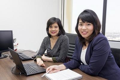 นางสาวเศวตา จานสุวรรณ (ขวา) ขณะปรึกษางานกับ นางสาวสุภัทรา คูรัตน์ ผู้อำนวยการกลุ่มการตลาดนวัตกรรม ไทยยูเนี่ยน ที่สำนักงานกรุงเทพ