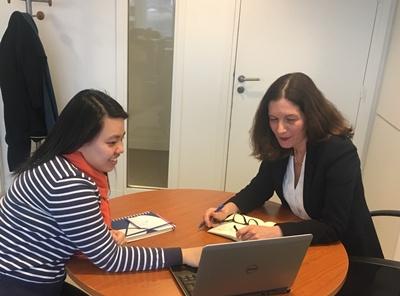 นางสาวจามิกร เตชะศารทูล (ซ้าย) กับ นางสาวนาตาลี เดอ ลิซาโซ ผู้อำนวยการฝ่ายทรัพยากรบุคคล ไทยยูเนี่ยน ยุโรป ขณะฟังรายละเอียดของการทำงานที่ฝรั่งเศส