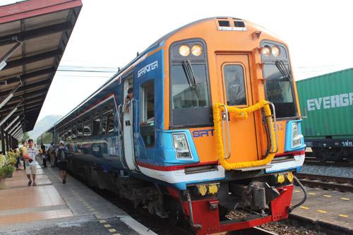 มาแล้ว... รถไฟดีเซลรางส่งเสริมการท่องเที่ยว ตอ. บรรยากาศคึกคักที่สถานีศรีราชา
