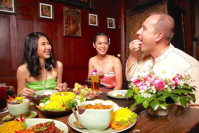 """""""เรือนมัลลิการ์"""" จัดโปรฯ อร่อยตามรอยบุพเพสันนิวาส แต่งชุดไทยกินเปิบมือลด 20 %"""
