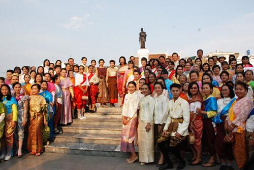 ออเจ้าโคราชโหมรณรงค์แต่งชุดไทย นั่งรถรางเที่ยวชม 6 วัดเก่าสมัยพระนารายณ์ กระตุ้นท่องเที่ยว