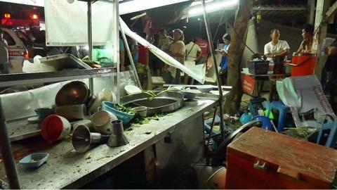 หนุ่มราชบุรีซิ่งเก๋งชนร้านหมี่เกี๊ยวตัวเองดับ เจ้าของร้านรอดหวุดหวิด