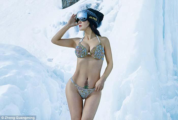 โซเชียลฮือฮาคุณแม่ชาวจีนวัย 51 ปี อวดหุ่นแซ่บกลางหิมะแม้แต่รุ่นลูกยังอาย