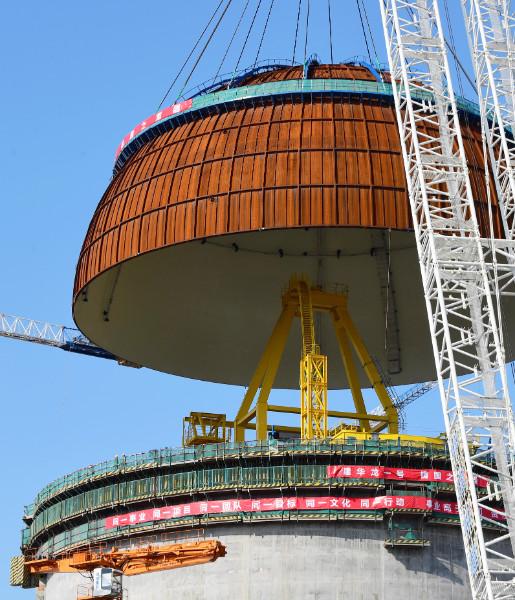 ทีมงานก่อสร้างกำลังปิดฝาโดม (ภาพซินหวา สื่อทางการจีน)
