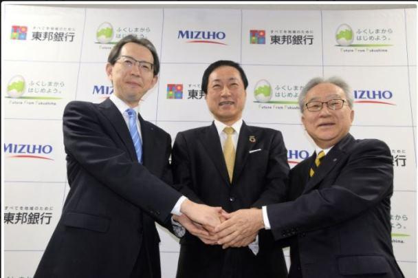 ผู้ว่าการจังหวัดฟุกุชิมะ, ประธานกลุ่มการเงินมิซูโฮ และประธานธนาคารโทโฮ ร่วมกันแถลงเปิดตัวระบบชำระเงินผ่านแอพลิเคชั่น (ภาพ: ไมนิจิ ชิมบุน)