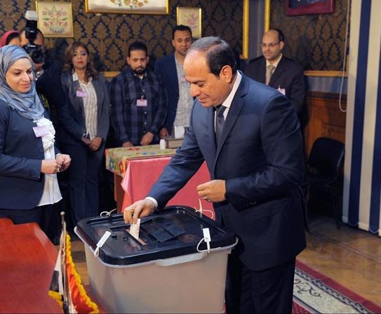 """InPics: ปชช.อียิปต์ 60 ล้านเริ่มเข้าคูหาเลือกตั้งปธน.คนใหม่ท่ามกลางทหารถือปืน """"ซิซี"""" เตรียมจ่อนั่งต่อรอบ 2"""