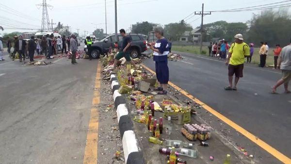 ตูมสนั่น! รถบรรทุกชนปาเจโรกลางถนนดอกคำใต้ คนเจ็บสาหัสติดซาก 3