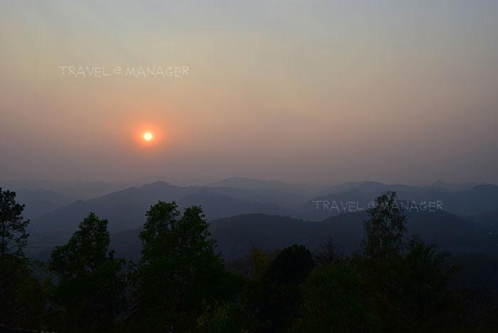 ภาพบรรยากาศพระอาทิตย์ตกดินบนดอยกองมู