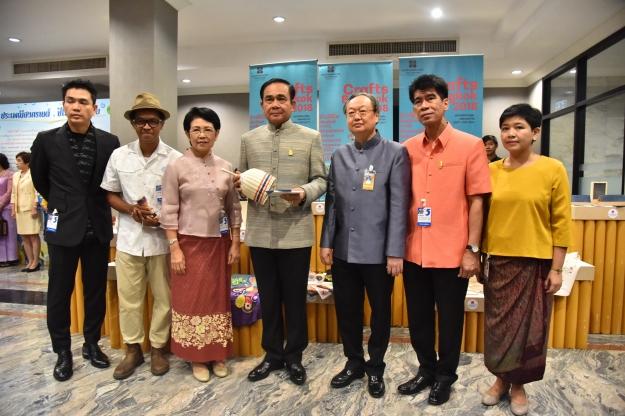 นายกฯ อวยพรสงกรานต์ให้คนไทยมีความสุข ปรับตัวรับปฏิรูป