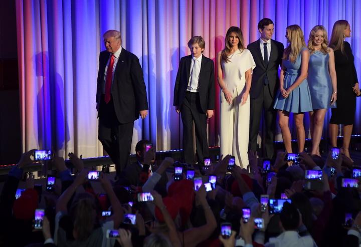 ภาพจากแฟ้มถ่ายเมื่อคืนวันเลือกตั้ง 8 พฤศจิกายน 2016 ขณะว่าที่ประธานาธิบดีโดนัลด์ ทรัมป์ (ซ้าย) เดินนำครอบครัวของเขาขึ้นสู่เวทีที่นครนิวยอร์ก เพื่อกล่าวปราศรัยภายหลังทราบผลว่าเขาชนะการเลือกตั้ง