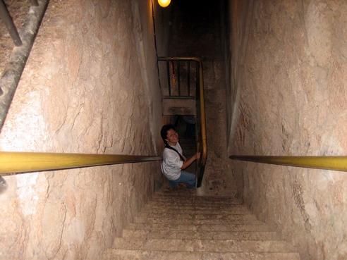 บันไดลงสู่ห้องกรุสมบัติใต้พระปรางค์ซึ่งเปิดให้เป็นที่ท่องเที่ยว