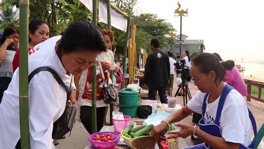 เปิดตลาดต้องชมวิถีเชียงคานขายพืชผลจากสวนรับนักท่องเที่ยวช่วงสงกรานต์