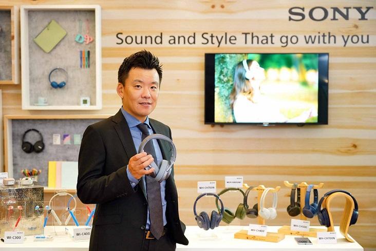 _มร. เท็ตซูทากะ ซูดะ ผู้จัดการทั่วไปฝ่ายการตลาดผลิตภัณฑ์คอนซูเมอร์ บ. โซนี่ ไทย จ.ก. ร่วมเปิดตัวผลิตภัณฑ์ในกลุ่มออดิโอ และชุดความบันเทิงภายในบ้านรุ่นใหม่ล่าสุด