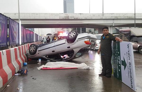 ฝนตกถนนลื่น! ซีวิคหลุดโค้ง พลิกคว่ำฟาดแบริเออร์ รถไฟฟ้าสีชมพู ดับคาที่ 1 สาหัส 2